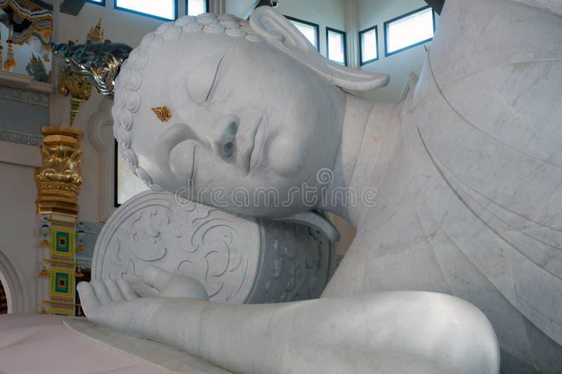 Buda de descanso blanco en Wat Pa Phu Kon, del noreste de Tailandia fotografía de archivo