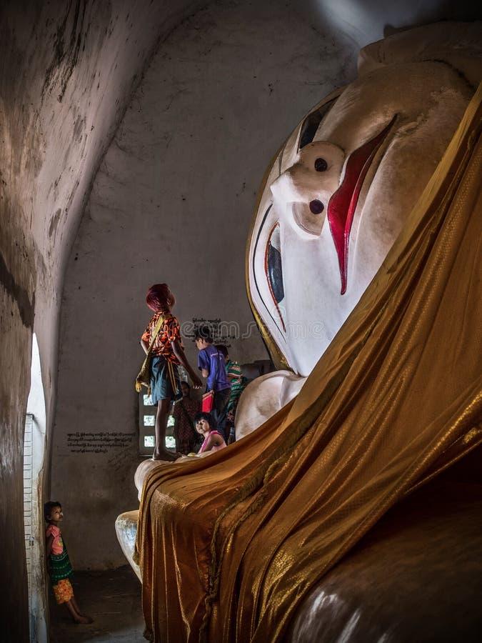 Buda de descanso en el templo de Manuha, Bagan, Myanmar foto de archivo libre de regalías