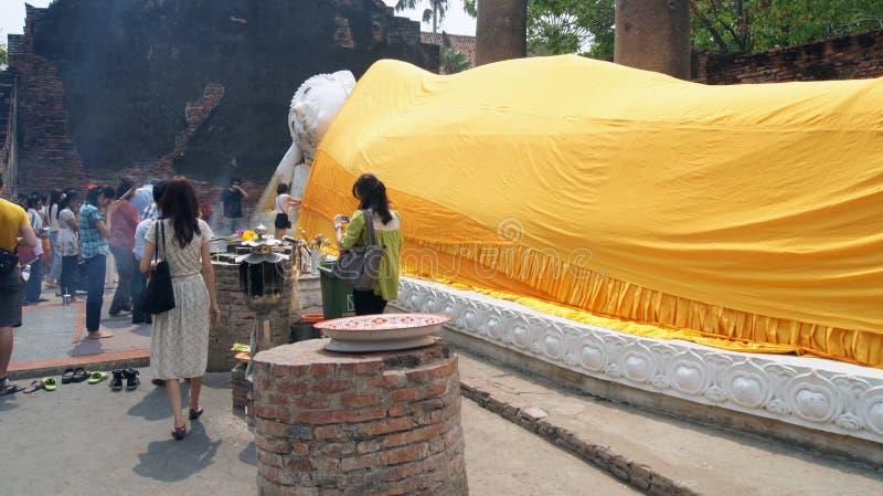Buda de descanso en Yai Chaya MongKol Ayuthaya Thailand imagen de archivo