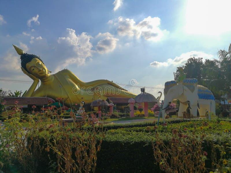 Buda de descanso de oro grande, Wat Kok Mai Daeng, provincia de Phitsanulok, Tailandia foto de archivo