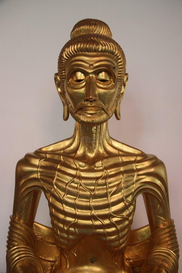 Buda de jejum no templo budista em Tailândia foto de stock royalty free