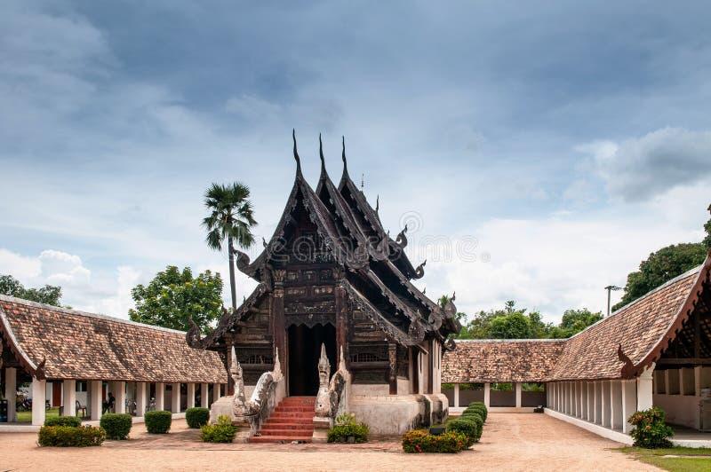 Buda de madeira Salão de Wat TOn Kwen, templo de Lanna de Chiang Mai, fotografia de stock