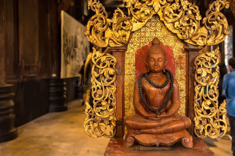 Buda de madera tallado en Baandam tailandia fotos de archivo libres de regalías