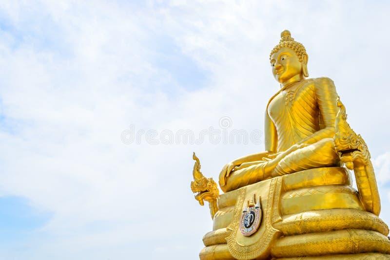 Buda de oro con los fondos del cielo azul foto de archivo
