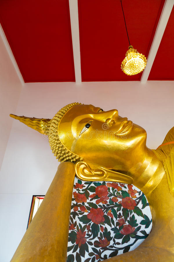 Buda de oro dentro de un templo tailandés, Bangkok, Tailandia imagenes de archivo