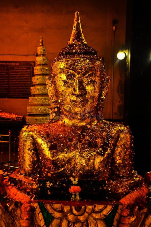 Buda de oro doró la estatua de Buda fotos de archivo
