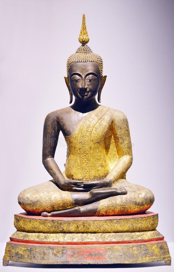 Buda de oro en la posición de la meditación fotografía de archivo