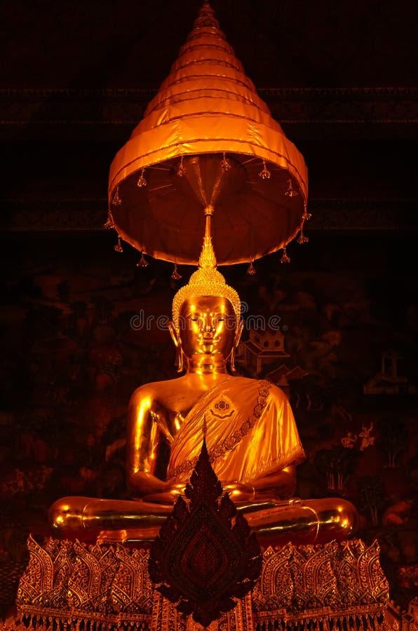 Buda de oro en Wat Pho, templo del Buda de oro de descanso foto de archivo