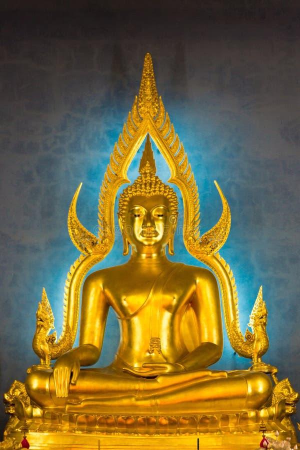 Buda de oro iluminado dentro de un templo tailandés, Bangkok, Thailan fotos de archivo
