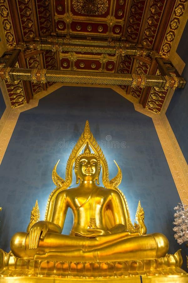 Buda de oro iluminado dentro de un templo tailandés, Bangkok, Thailan imagenes de archivo