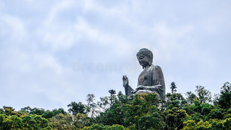 Buda de Po Lin Monastery na ilha de Lantau Hong Kong com céu azul fotos de stock royalty free
