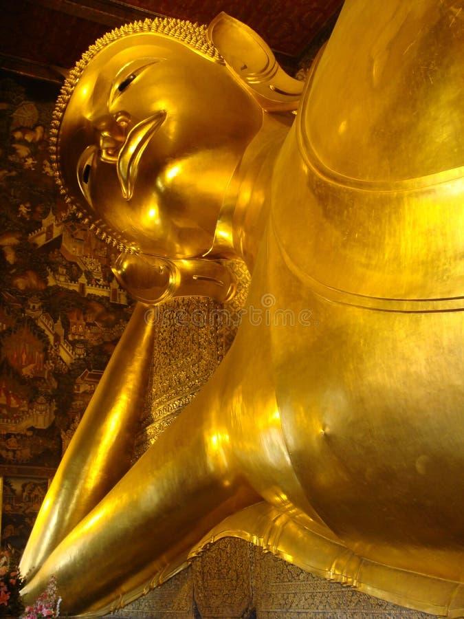 A Buda de reclinação dourada no templo de Wat Pho, Banguecoque, Tailândia fotografia de stock