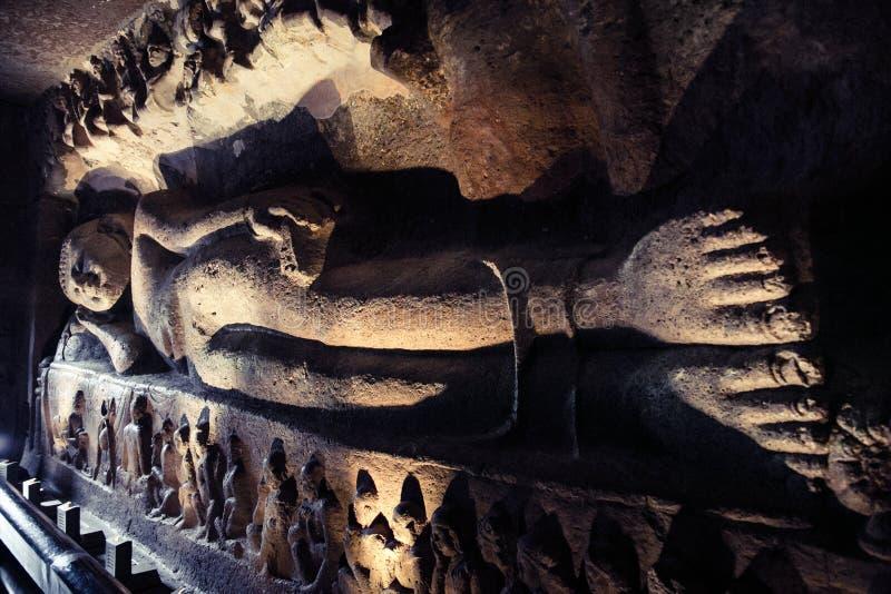 Buda de reclinação em cavernas de Ellora India foto de stock royalty free