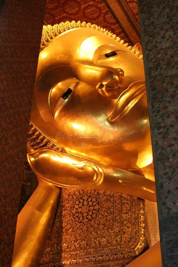 Buda de reclinação em Wat Pho, Banguecoque fotos de stock royalty free