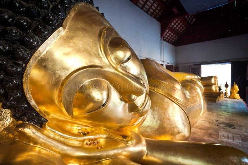 Buda de reclinação em Wat Phra Singh, Chiang Mai, Tailândia imagem de stock royalty free