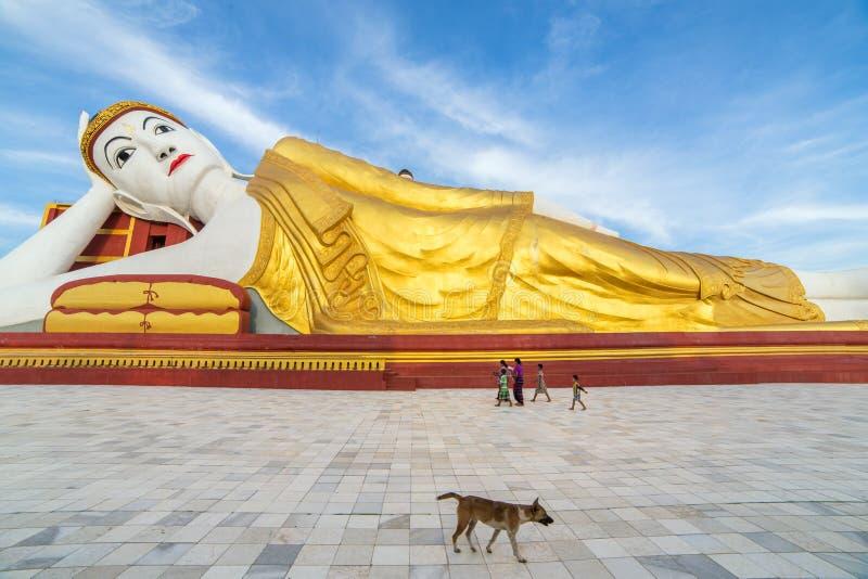 Buda de reclinação gigante em Maha Bodhi Tataung em Monywa Myanmar imagens de stock royalty free