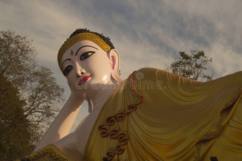 Buda de reclinação na província de Phrae do watprathatsuthone de Tailândia imagens de stock royalty free