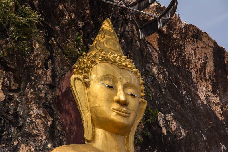 Buda delante de las cuevas en Khao Ngu foto de archivo