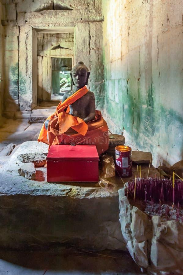 Buda dentro de ruinas del templo de TA Prohm fotos de archivo