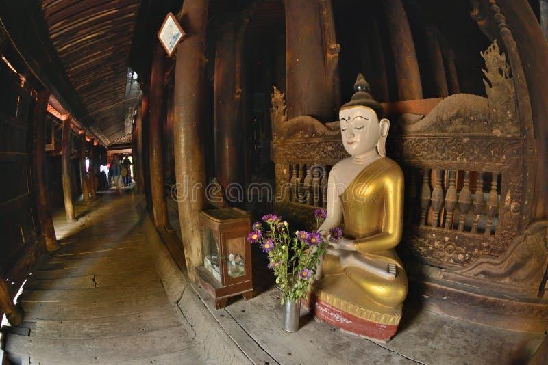 Buda do monastério de Bagaya da madeira de Mandalay fotografia de stock royalty free