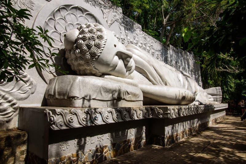 Buda do sono no pagode longo do filho imagens de stock