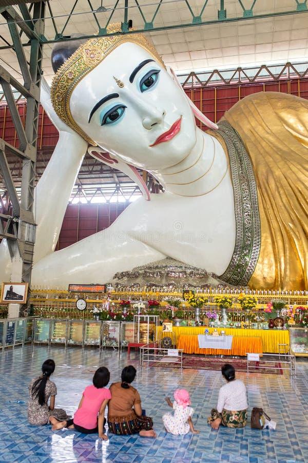 Buda doce de reclinação do olho da Buda de Chauk Htat Gyi em Yangon, Myanmar fotos de stock royalty free