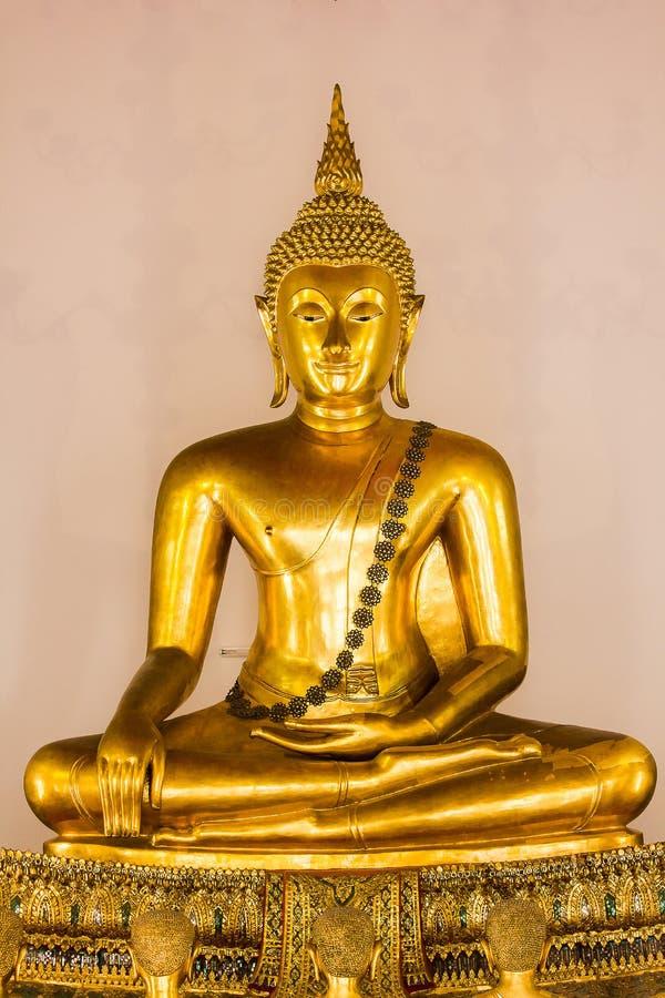A Buda dourada é bonita que adoração dos budistas imagem de stock