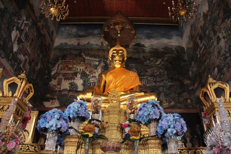 Buda dourada com pintura de paredes fotos de stock royalty free