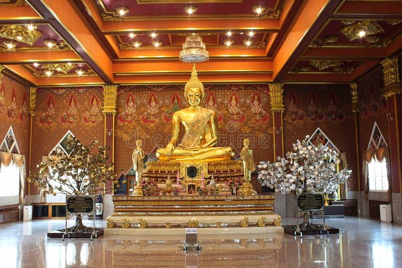 Buda dourada em Ang Thong, Tailândia imagens de stock
