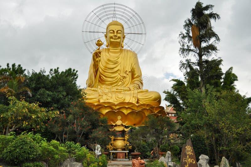 Buda dourada em Dalat Vietname fotografia de stock