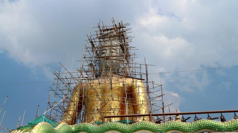 Buda dourada gigante sob a renovação no templo budista Wat Bang Chak imagem de stock royalty free