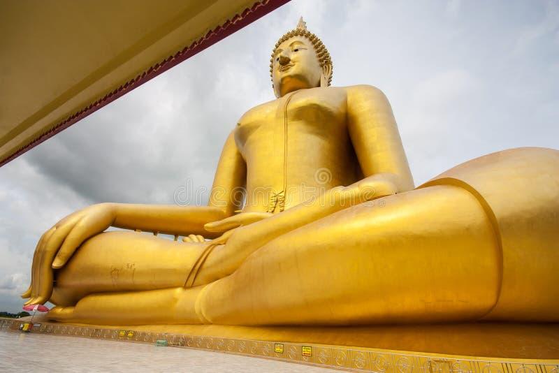 Buda dourada grande em Wat Muang, Ang Thong Province fotografia de stock