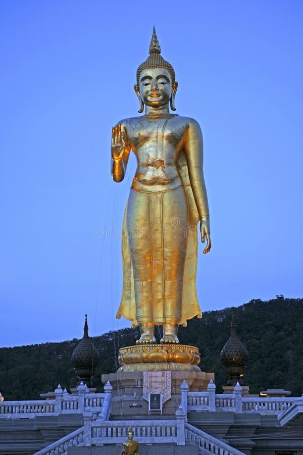 Buda dourada no parque da cidade de Hat Yai, Tailândia fotografia de stock
