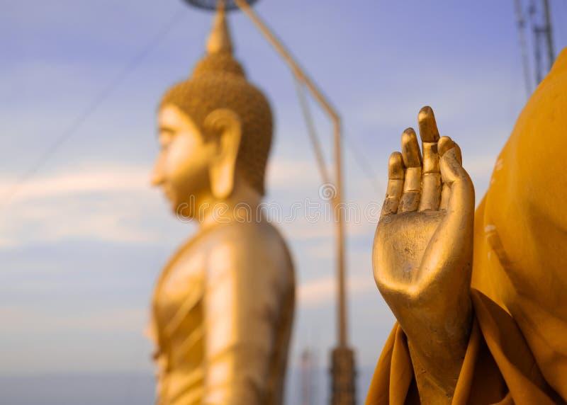 Buda e mão douradas da estátua rezando do ` s da monge budista, tigre fotografia de stock