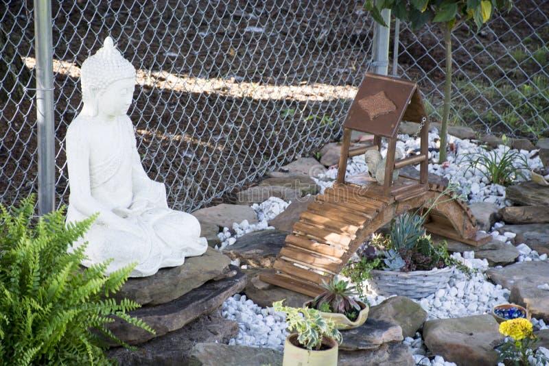 Buda em seu jardim imagens de stock royalty free