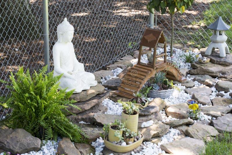 Buda em seu jardim imagem de stock royalty free