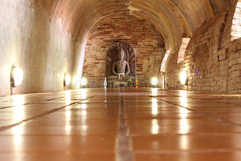 Buda en el túnel foto de archivo