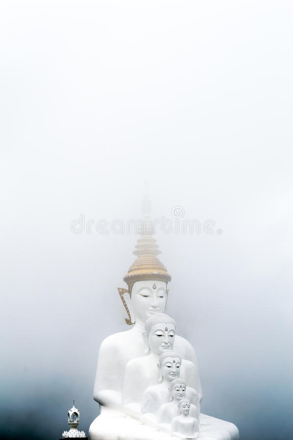 Buda en la niebla imagenes de archivo