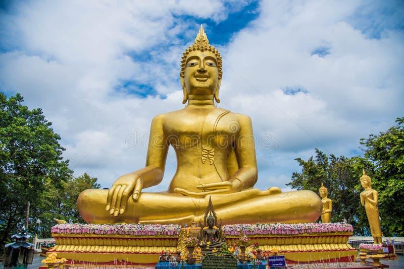 Buda en Tailandia, viaje asiático, cielo azul, Buda grande imágenes de archivo libres de regalías