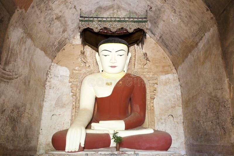 Buda en templo birmano imagenes de archivo