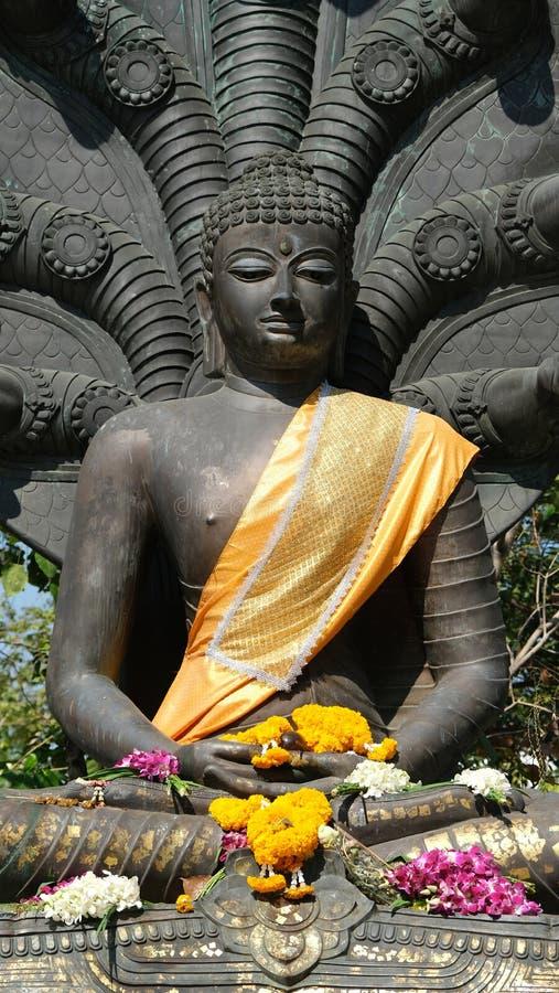 Buda envuelto en tejidos amarillos imágenes de archivo libres de regalías