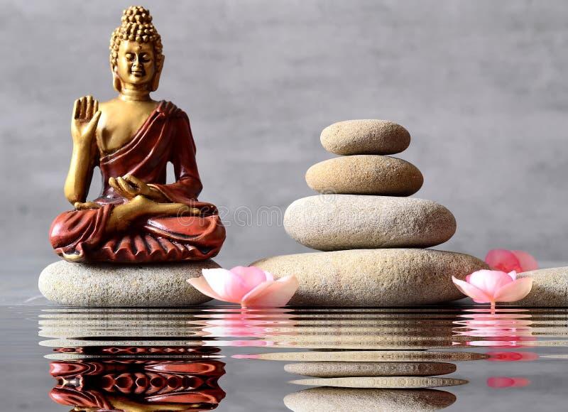 A Buda está sentando-se no jardim do ZEN fotografia de stock