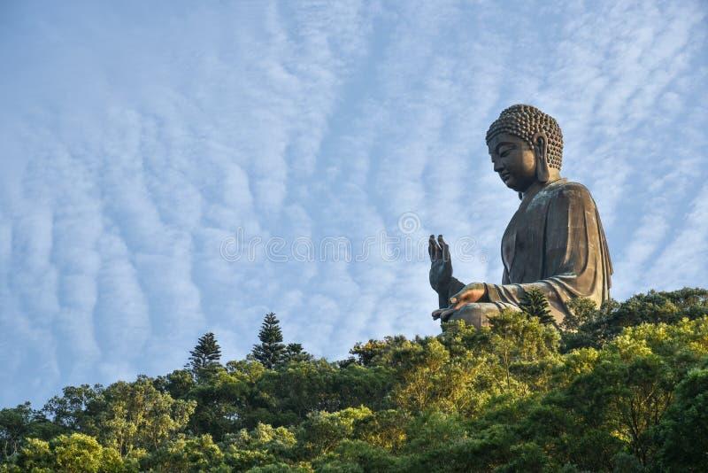 Buda gigante Po Lin Monastery na montanha na ilha de Lantau em Hong Kong com céu azul fotos de stock royalty free