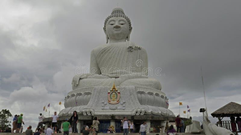Buda grande blanco en día nublado en Chalong, Phuket, Tailandia fotos de archivo libres de regalías