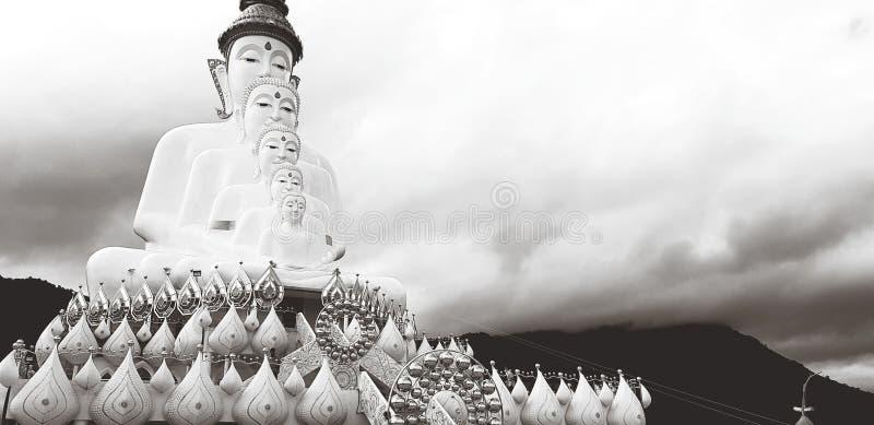 Buda grande cinco su estatua de la majestad con las nubes y la montaña blancas en el color blanco y negro fotografía de archivo