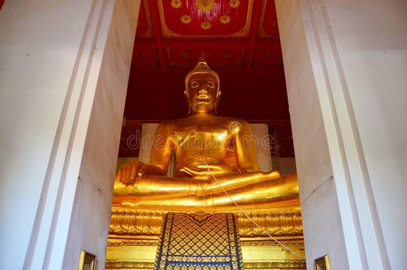 Buda grande del templo de Wihan Phra Mongkhon Bophit fotos de archivo