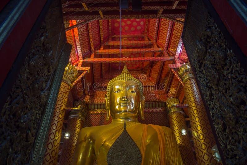 Buda grande do ouro situada no templo budista em Wat Phanan Ch fotos de stock royalty free