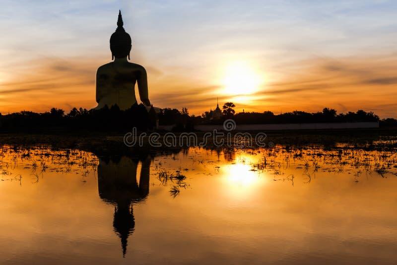 Buda grande em Wat Muang foto de stock