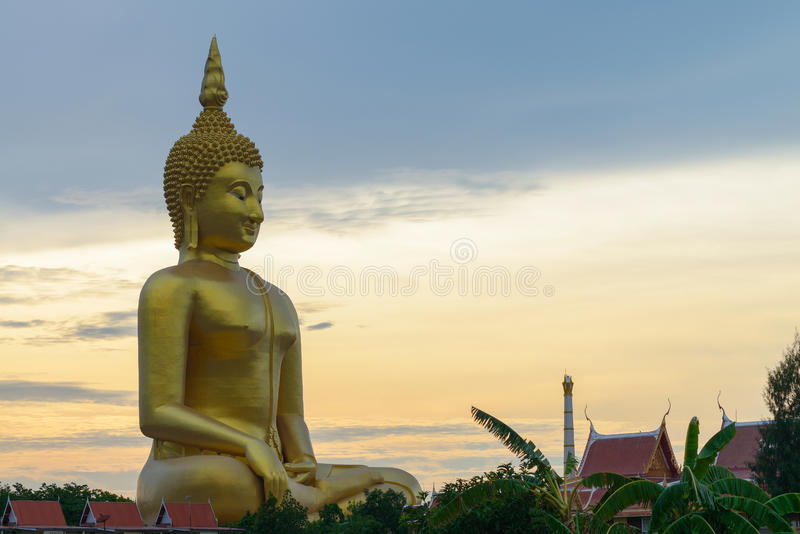 A Buda grande em Wat Muang Temple, Angthong foto de stock royalty free