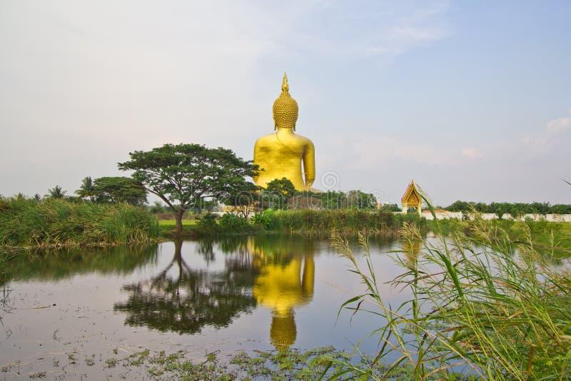 Buda grande em Wat Mung, Tailândia imagens de stock royalty free